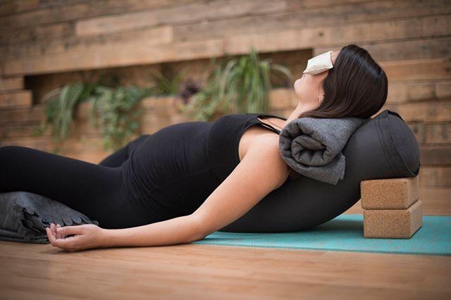 Yoga Nidra heeft mij door mijn zwangerschap heen gesleurd. Iedere middag kroop ik mijn bed in met mijn oortjes om een sessie te luisteren. Ze zeggen dat een Yoga Nidra sessie gelijk staat aan 3 uur slaap. Zo voelde ik me na een sessie van 30 minuten weer vol energie. Als ik 's nachts voor de derde keer wakker werd om te plassen en niet meer in slaap kwam hielp een Yoga Nidra sessie me om de slaap weer te vatten en het gesnurk van mijn ontspannen partner te blokken. ⠀⠀⠀⠀⠀⠀⠀⠀⠀ Daarbij gaf het me de mogelijkheid contact te maken met mijn kleintje en kwamen de mooiste visioenen voorbij over mijn nieuwe leven en het moederschap. ⠀⠀⠀⠀⠀⠀⠀⠀⠀ Als onderdeel van de workshop Ontspannen bevallen met Hypnobirthing heb ik een Yoga Nidra sessie opgenomen. Ik ben nog op zoek naar zwangere vrouwen die de sessie graag willen testen en hun ervaringen met me willen delen. ⠀⠀⠀⠀⠀⠀⠀⠀⠀ Wil je de sessie ontvangen stuur me een DM, dan mail ik je de sessie van 30 min en kun jij lekker ontspannen.