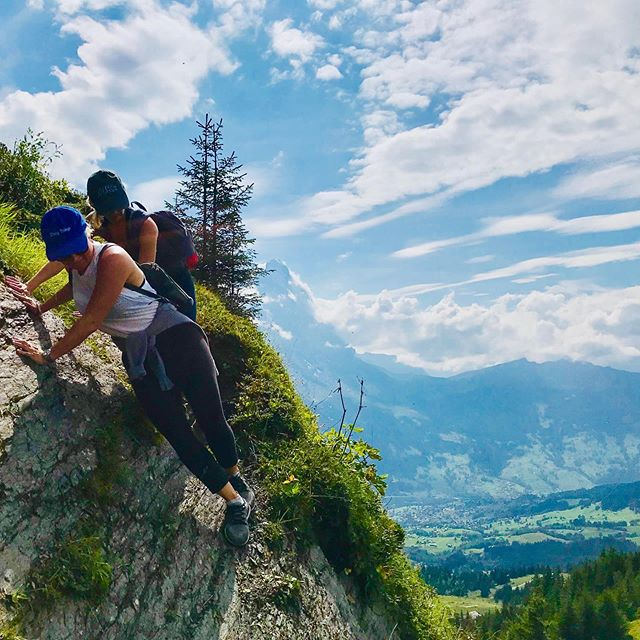 Living life with calculated risk creates more reward 🏔🇨🇭 Absolutely terrified living on the edge 📸: Danger Jake @jacoboots #calculatedrisk #grossescheidegg #myswitzerland #swissadventures #jungfrauregion #grindelwald #grindelwaldswitzerland #norisknoreward #outdooradventures #doingthings #trust #family #friendship #bestfriends #friendsarethefamilyyouchoose #inlovewithswitzerland #wanderlust #travel #traveladventures #switzerland #gooptravel #hikeswitzerland #swisslife #switzerland_vacations #switzerlandwonderland #swisshikes #curatorofmemories