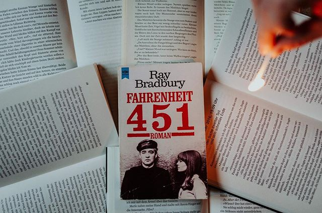 Wenn jetzt zu Weihnachten überall Klassiker laufen, dann hauen wir auch literarisch einen raus.  In Fahrenheit 451 erzählt Bradbury die Geschichte vom Feuerwehrmann Montag und seiner Arbeit in einer dystopisch, aber leider doch nicht so fiktiven, Welt der Zensur. Und manchmal reicht ein kleiner Funke einer zufälligen Person, das eigene Feuer in einem zu entfachen und die Welt mit neuen Augen zu sehen.  Wir wünschen Euch entspannte Feiertage. Passt auf Euch auf und fahrt vorsichtig.  #klassiker #bradbury #fahrenheit451 #paperwoods #dystopie #fiction #bibliophile #books