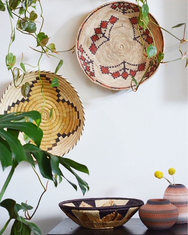 #philodendronfriday. One of my Philodendron cordatum nestled against my Gorgeous Vintage, handmade Native American treasures (coming soon to the shop)I'm absolutely obsessed with these multi-use gathering trays. They make beautiful wall art and handy catch-all baskets🌱🌱#foliagefriday • • • • •  #plants #houseplants #houseplantjournal #houseplantsofinstagram #plantparenthood #greenthumb #plantphotography #urbanjunglebloggers #urbanjungle #jungalow #monsteradeliciosa #philodendronverrucosum #houseplantclub #plantsmakepeoplehappy #plantscout #pottery #aroidaddicts #aroids #alocasia #jungalowstyle #bohostyle #plantparenthood #vintagedecor #nativeamericanart #nativeamerican #plantladyco #bohemian #interiordesign