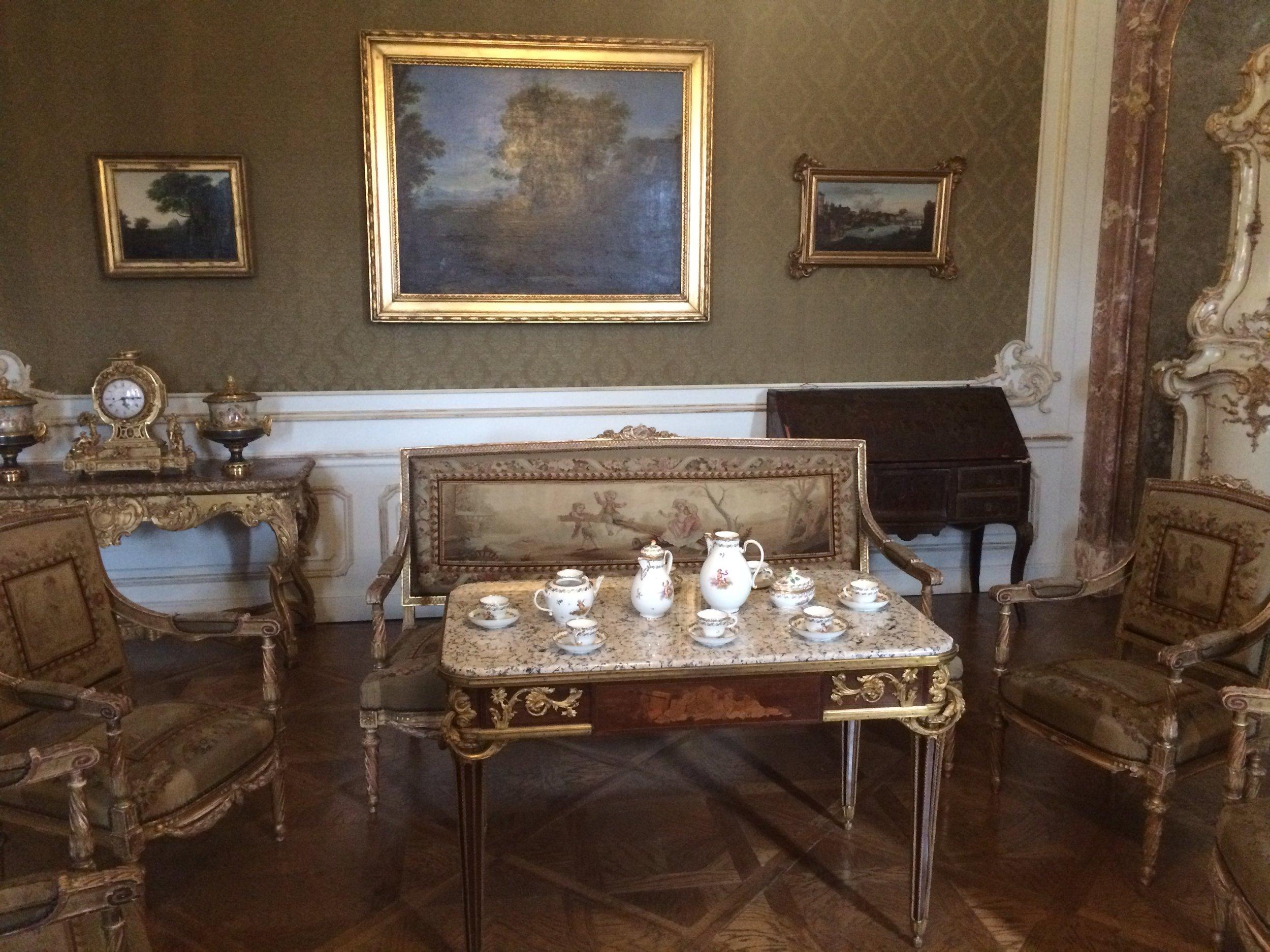 Это дворец Эстерхази в в городке Фертёд на западе Венгрии. Какие у князей были зарплаты, я не знаю.