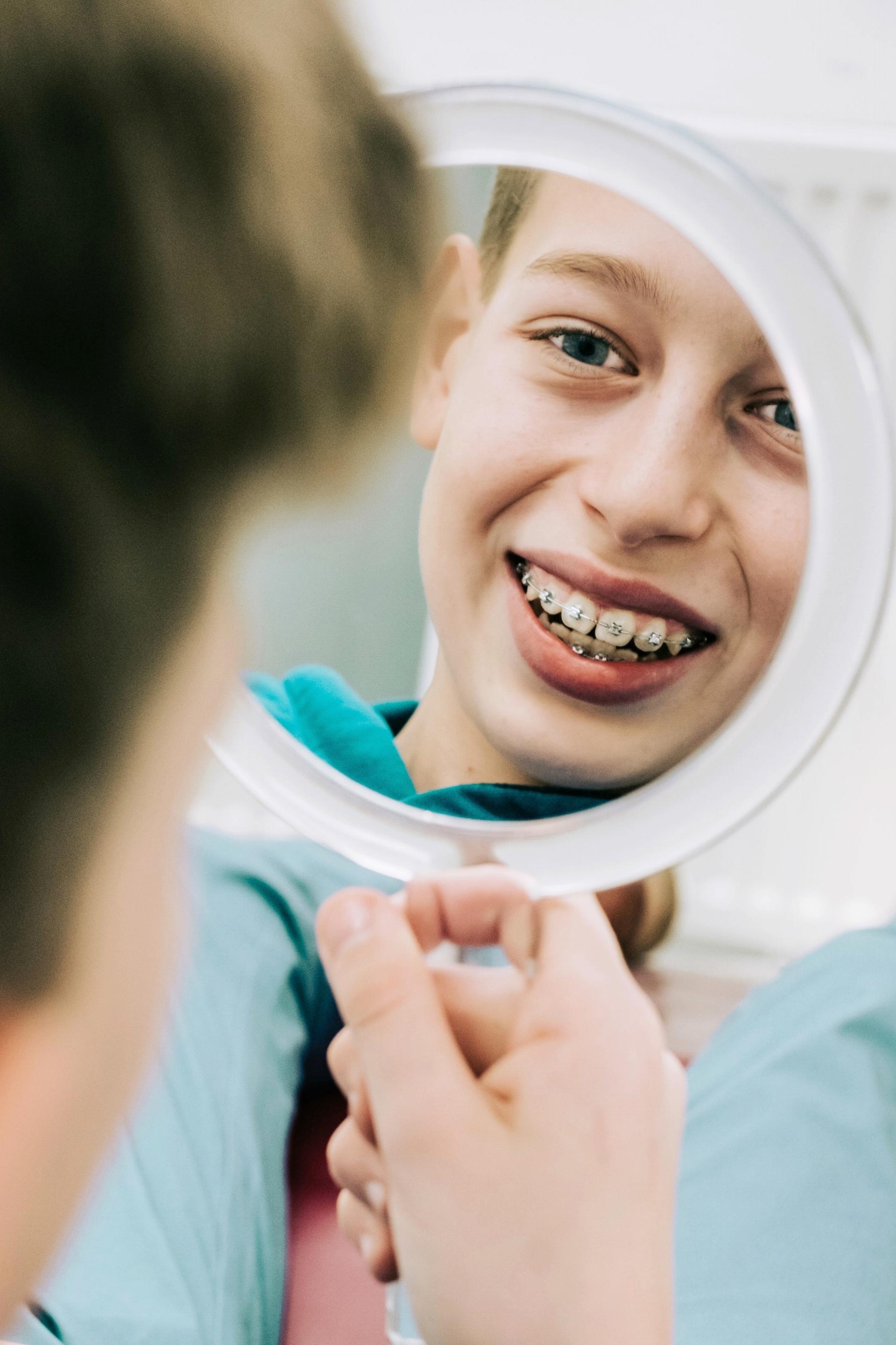 Jugendliche - Die meisten unserer Patienten sind im Alter zwischen 9 und 14 Jahren. Wir haben sehr gute Erfahrungen mit zahnfreundlichen Brackets gemacht. Es ist nur in wenigen Ausnahmefällen nötig, Zähne zu ziehen.mehr erfahren →