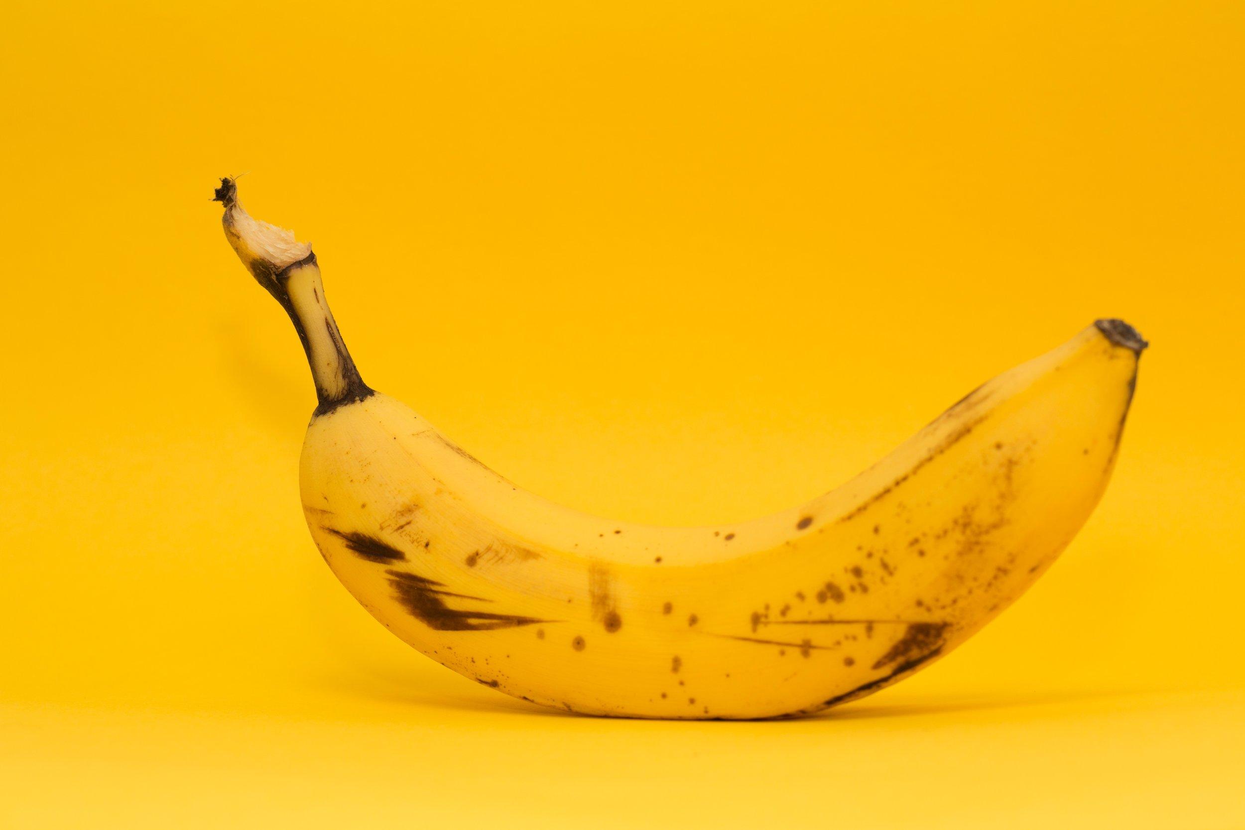 Vormittag-Snacks - Was ist bitte einfacher als eine Banane zu snacken, wenn der kleine Hunger kommt? Stimmt, ein Apfel zu essen. Da muss man noch nicht mal eine Schale öffnen, sondern kann sofort reinbeißen!Ich für meinen Teil greife sehr gerne auf Obst und Gemüse zurück. Außerdem ist meine Schreibtischschublade oft ausgerüstet mit gerösteten Kichererbsen, Reiswaffeln mit Dip, getrocknetes Obst o. ä.Mir ist dabei wichtig, dass die Lebensmittel nicht unnötig verarbeitet sind.