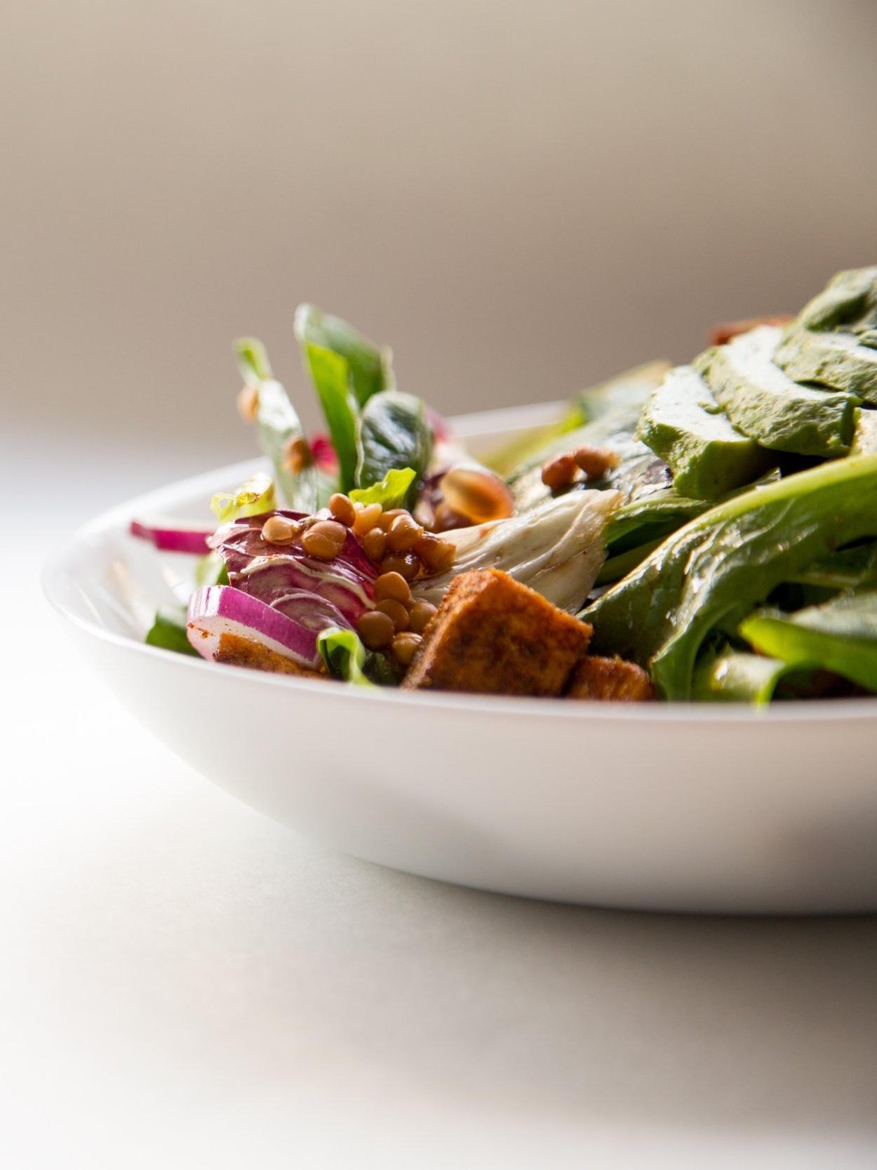 Mein Mittagessen heute - VOLLKORNREIS(Kohlenhydrate)BROKKOLI, GURKE, BLATTSALAT(grünes Gemüse)PAPRIKA(Kohlenhydrate)GERÄUCHERTER TOFU(Proteine, i.w.S. Hülsenfrucht)KICHERERBSEN(Hülsenfrucht, ProteineTOMATENMARK(Kohlenhydrate)SESAMMUS(Fette)
