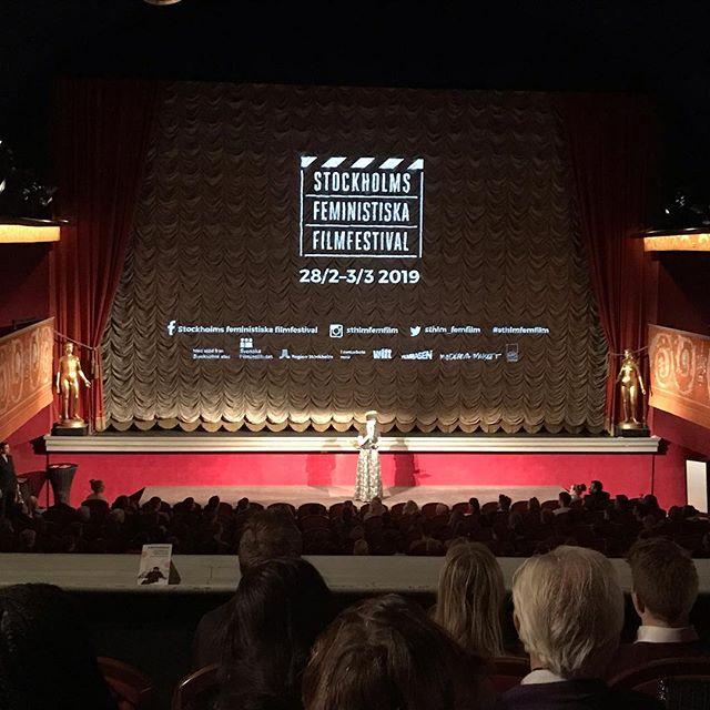 TakeTwo är på invigningen av Stockholms Feministiska Filmfestival 2019! I år är första året som jämställdheten gått bakom sedan Festivalen började sin granskning. I Sverige fanns förra året ingen kvinna som regissör för de 20 största filmerna. 83% av regissörerna på Netflix var mön. Det är fortfarande männens berättelser som får ta plats, männens röster som får höras... och kvinnorna som får lyssna.  Vem får förebilder att se upp till? Vems konst begränsas? Vilka historier och perspektiv missar vi? Vilka drömmar och idéer får inte ta ta form? Kultur- och demokratiministern invigningstalar.  #sthlmfemfilm #taketwo