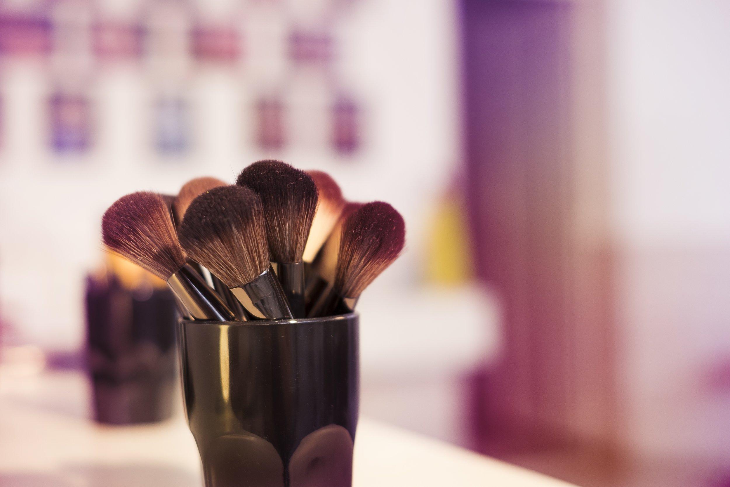 makeup-2824658.jpg