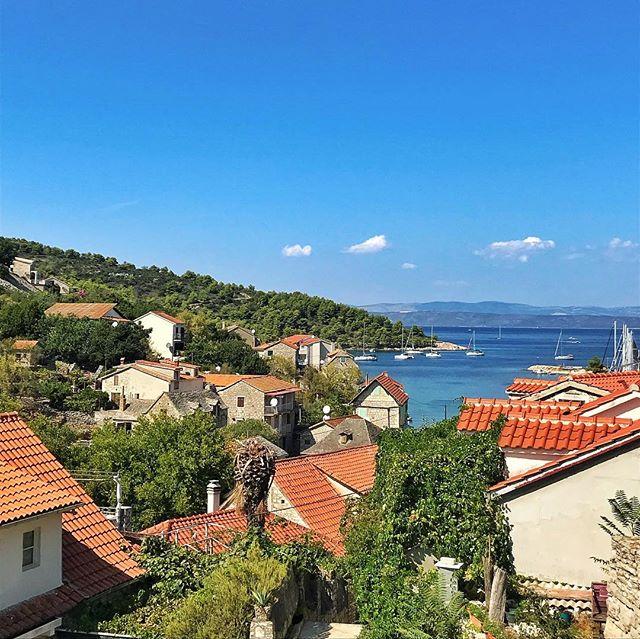 Croatian island-hopping daytrip to a couple of turquoise water bays around Brač and Šolta. 😍 . . . #croatia #solta #stomorska #landscape #sea #travel #travelphotography #vacation #island