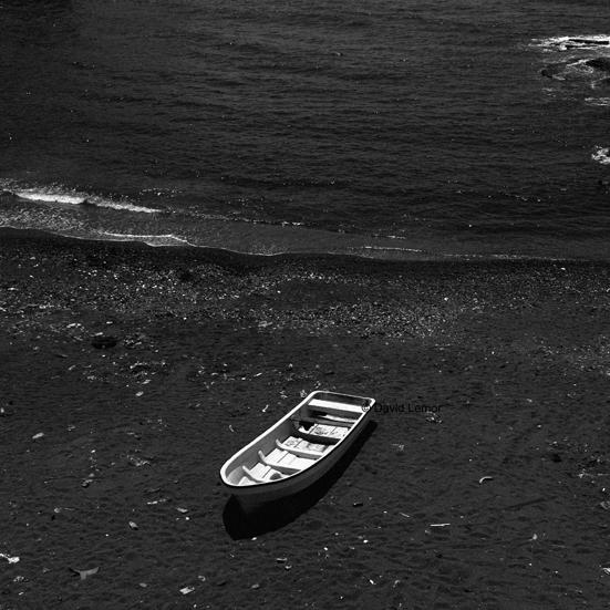 """Les Kwassas c'est ce genre de barque de pécheurs qu on voit partout aux Comores. Rendu célèbre dernièrement par la fameuse phrase de notre cher président qui disait que """"le Kwasa ne ramassait pas que du poissons mais aussi des clandestins.."""" , le kwassa est effectivement le symbole de l'immigration clandestine entre les Comores et Mayotte.Un symbole d'espoir mais aussi de mort pour les Comoriens...  Ici la plage de Domoni ou partent la plupart des kwassas qui debarquent à Mayotte quand ils ne sombrent pas en mer ou ne sont pas stoppés par la PAF."""