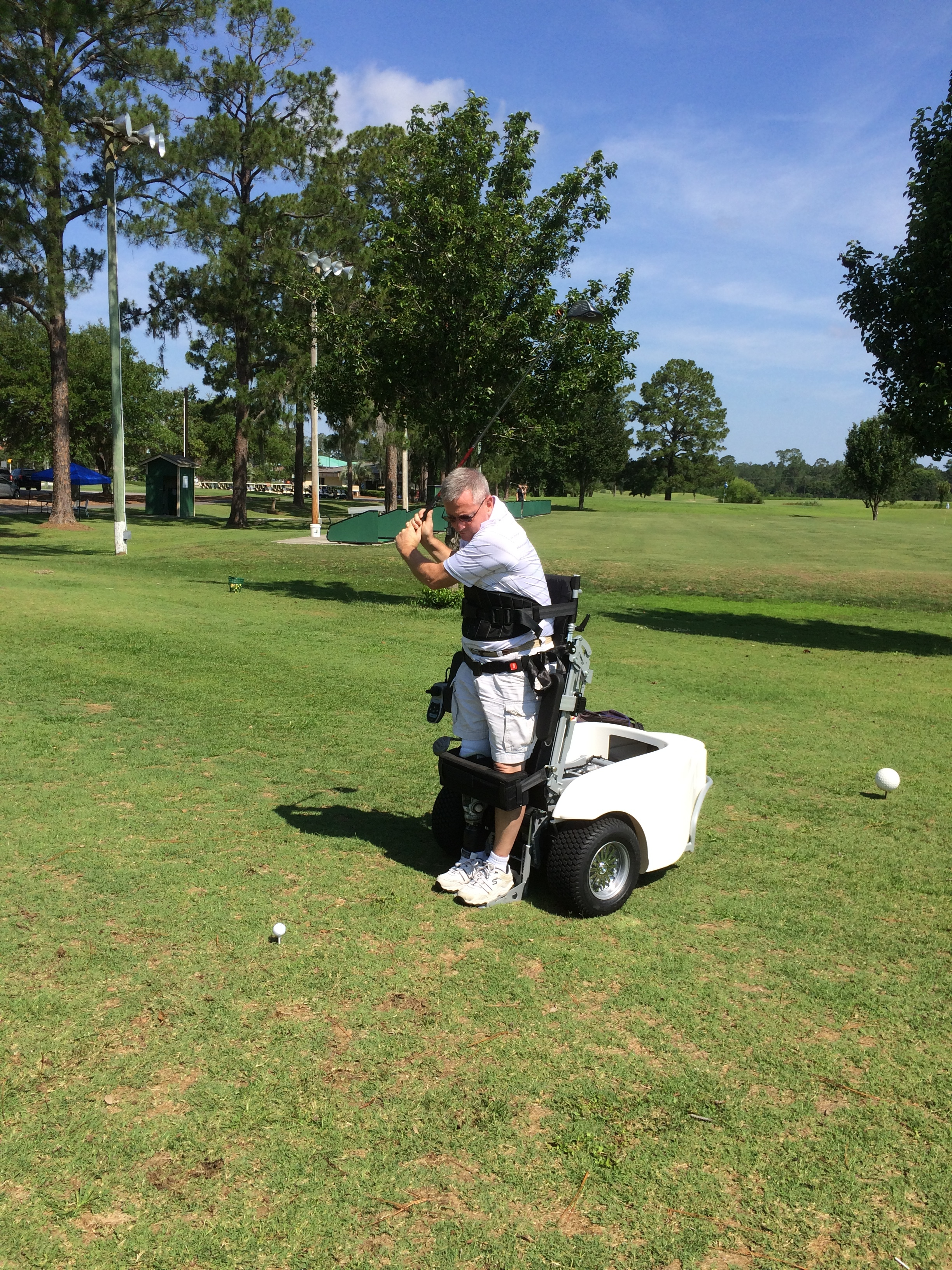 Ed Gizara using his Paramobile.   The all-terrain Paramobile with its patented stand-up device combines practical know-how with innovative ideas for maximum playing fun. Its unequalled stability when the golfer is hitting the ball enables performance that is comparable to those of non-handicapped players.