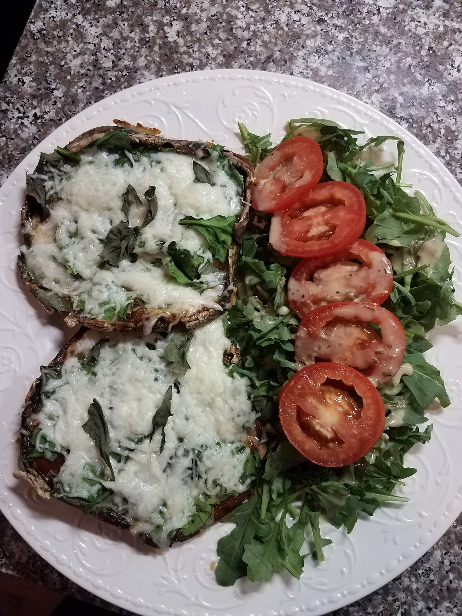 Portobello pizzas with fresh basil & spinach, mozzarella sprinkle. Arugula & tomato salad. 🍄🌿