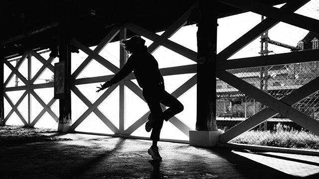 Extrait de la première journée de tournage du clip RUSH de @romankouder 💃🏼 Réalisateur: @lm_prod Cadreur: Christophe Desmurs  Chargée de production: @katarina_tmjc  Danseur: @maiwennbrml @mathieupascal  Making of vidéo: @capsule_photography  Make up artist: @chadmonroemua
