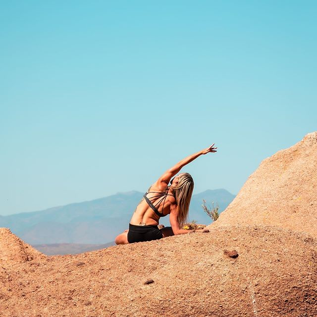 """Keep your face to the sun and you will never see the shadows."" - Helen Keller . . . . . 📸 @chrisbiollo  Location: Scottsdale, AZ . . . . . . . . . . #yoga #butiyoga #liveyouryoga #dancer #yogaphotography #nature #adventure #arizona #yogaeveryday #sleektechnique #passion #travel #seetheworld #mountaintop #desert🌵#sun"