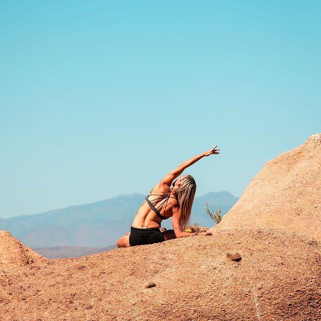"""Keep your face to the sun and you will never see the shadows."" - Helen Keller . . . . . 📸 @chrisbiollo  Location: Scottsdale, AZ . . . . . . . . . . #yoga #butiyoga #liveyouryoga #dancer #yogaphotography #nature #adventure #arizona #yogaeveryday #sleektechnique #passion #travel #seetheworld #mountaintop #desert🌵#sun"