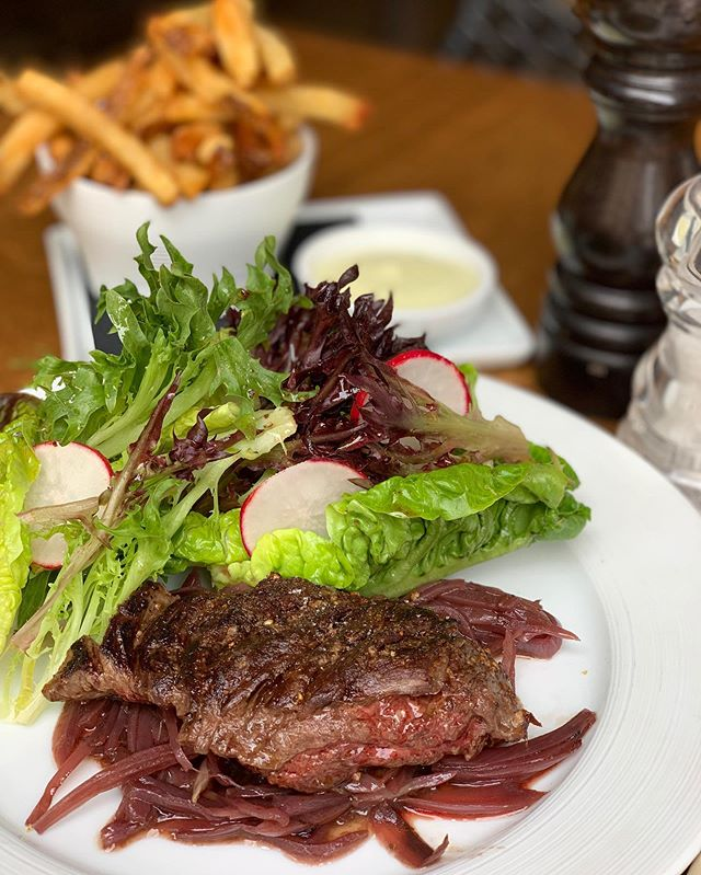 The delicious bavette à l'échalote @troquetnyc is served with homemade french fries, shallots and fresh lettuce. A serious hanger steak from @pinosprimemeatmarket.