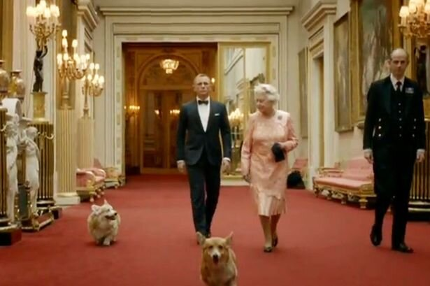QUEEN WINDSOR BRITAIN 1994 ELIZABRTH II WALKING ONE HER CORGIS .jpg