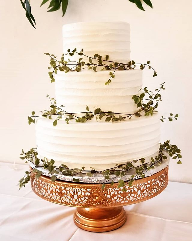 Love this sweet simplistic cake! #Botanikal #bellinghamflorist #weddingflowers