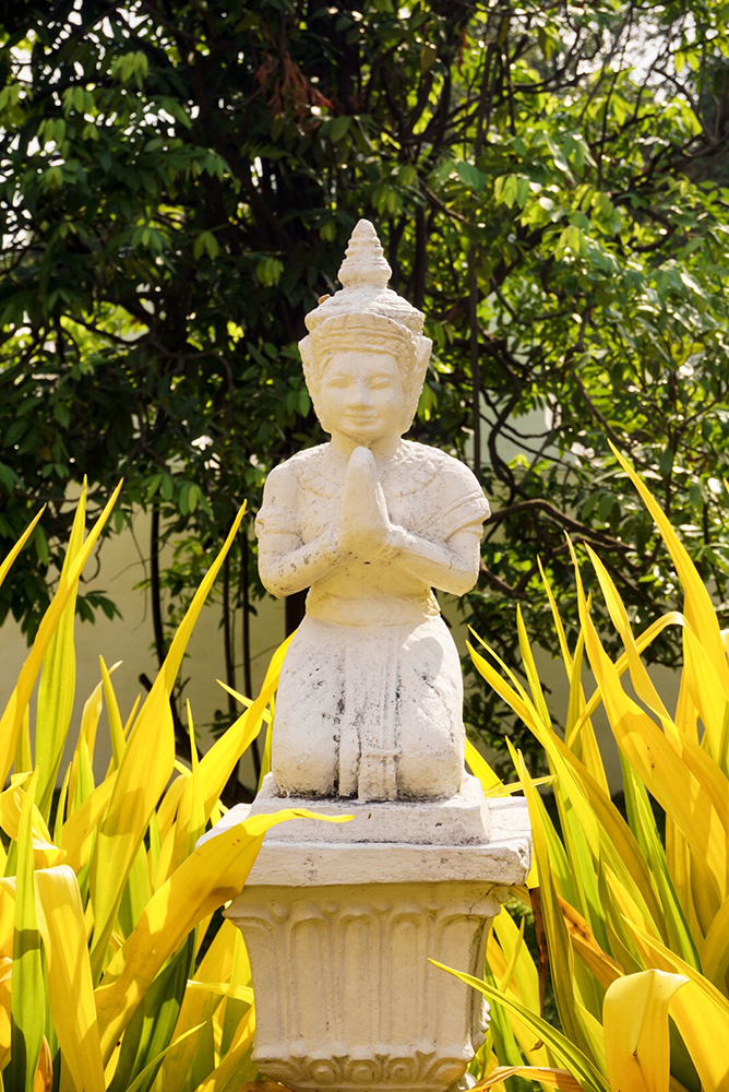 Buddha statue by the entrance of the Palace