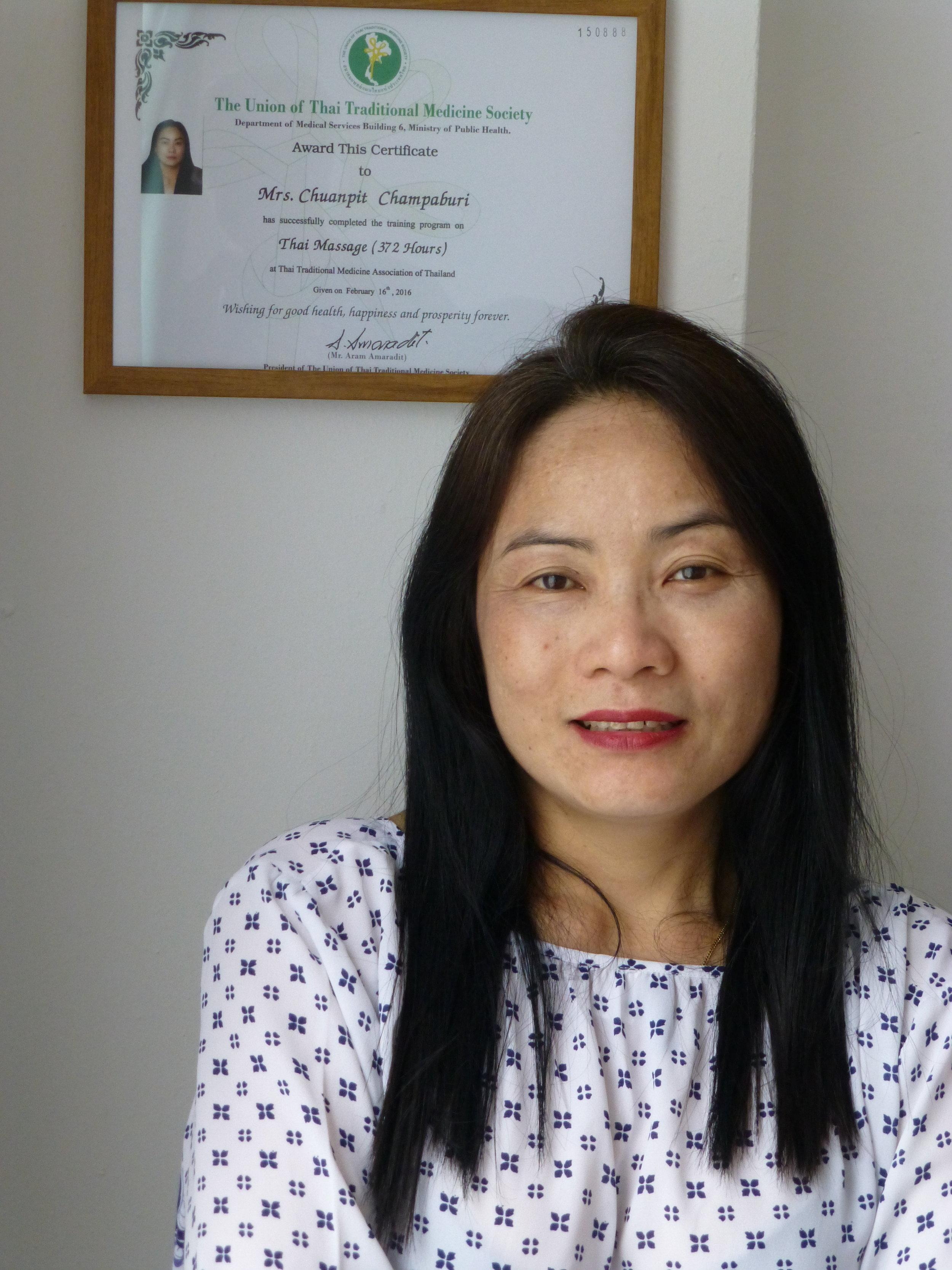 Wat is Thaise massage? - De echte, professionele Thaise massage is een eeuwenoud systeem om gezondheid, ontspanning en energie te bevorderen. Een helend geschenk voor lichaam, geest en emoties uit de tijd van de Boeddha – door monniken geperfectioneerd en nu voor ons ter beschikking.Mai heeft meer dan 20 jaar ervaring met deze technieken, die tegenwicht bieden tegen de stress en dreiging van burn-out in onze gejaagde samenleving. Tot haar klantenkring behoren ook tevreden BN'ers.Uitputting, spierpijn, spanning in nek of schouders? Na een Thaise massage voelt alles lichter en stroomt de energie door. Gun jezelf de kans om even bij te komen. Er zijn verschillende soorten massage, zodat aanpassen aan je eigen behoeften eenvoudig is.