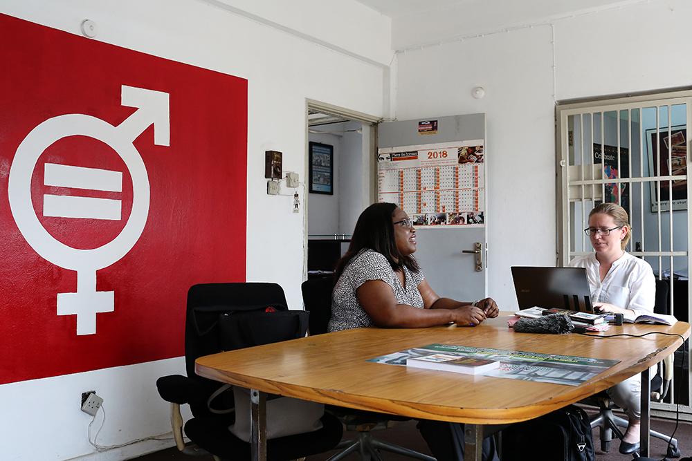 FinnWIDin Inkeri Mellanen haastattelee Olasimbo Sojinrinia Women Consortium of Nigeria -järjestön toimistolla Lagosissa.