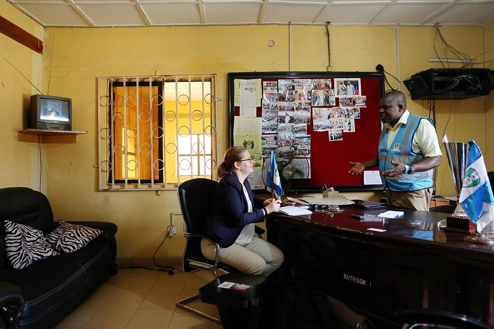 Inkeri Mellanen haastattelee NAPTIPin aluepäällikkö Nduka Nwanwennea hänen toimistossaan.