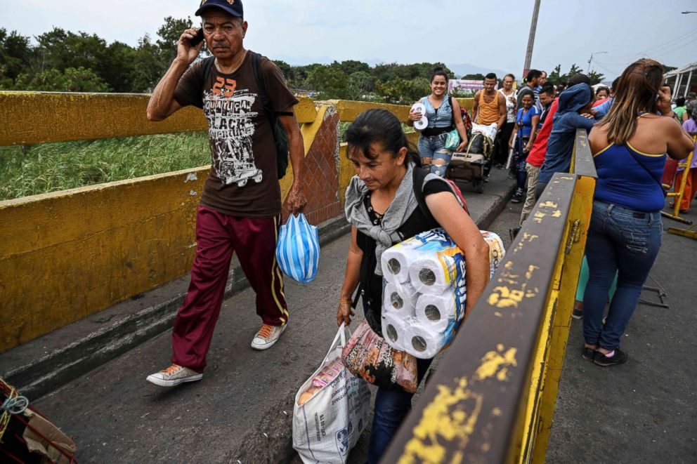 Venezuelans fleeing on foot through the Colombian border