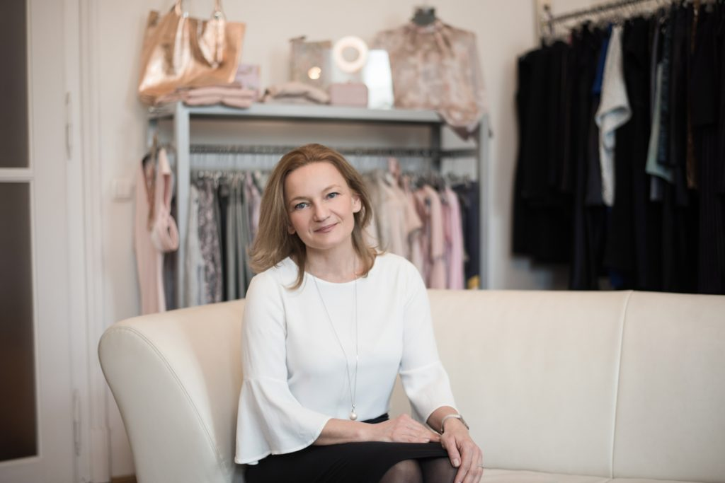 Marie Claire Online cikk - Ebben a rovatunkban minden héten olyan szerencsés embereket mutatunk be, akik számára a munkájuk az életük egyik értelme, a szenvedélye. Reméljük, példájuk másoknak is erőt ad az esetleges váltáshoz vagy jelenlegi élethelyzetük átalakításához. Ismerkedjetek meg Megla Rózsa divattervezővel, a NAVONA fashion megalapítójával.Eredeti cikk