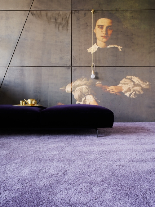 """Seit 2006 erschaffen  Natascha Sanwald  und  Andreas Hoernisch  immer wieder erstaunliche Inszenierungen für die Teppichkollektionen von  Object Carpet . Auch das neueste Produkt """"Smoothy"""" wurde zu Beginn des Jahres photographisch umgesetzt .Die edlen Bodenbeläge strahlen Präsenz aus und sind doch immer eingebettet in eine weiterführende Erzählung. -  Unglaubliche Räume für Ideen."""