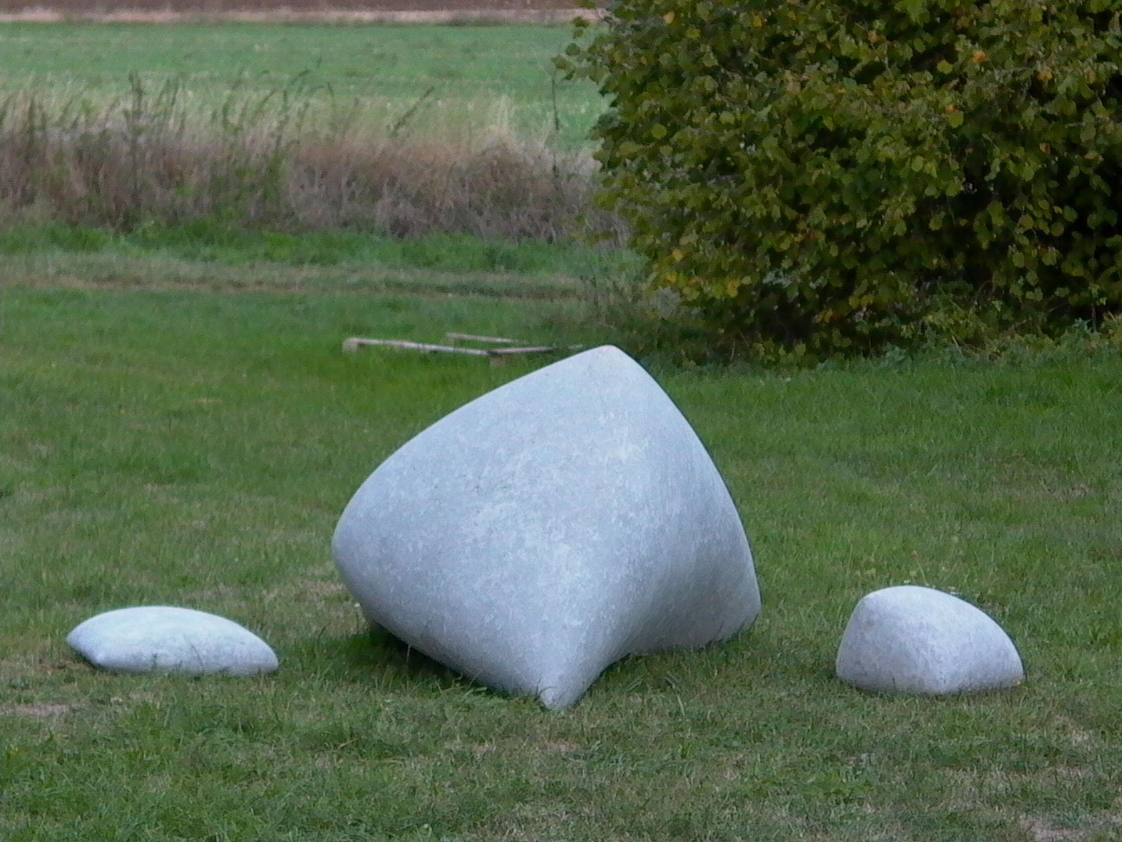 Cement . 1999. Trois éléments. Dimensions: 90 x 195 x 110 cm, 35 x 30 x 45 cm & 15 x 45 x 50 cm