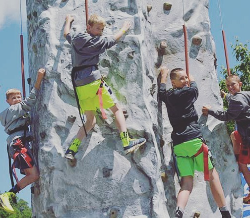 Bring the whole family out and enjoy Memorial Day Weekend Outdoors! We've got all types of fun free activities that the kids will love! 😎#rockwall #obstaclecourse #flagfootball #wildernesssurvival #yellowwoodfestival #mxkinneytx #staycation #dallas #visitmckinney #planomoms #mckinneymoms #dallasmoms #friscomoms #crafts