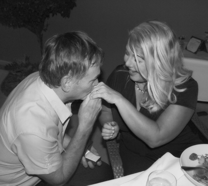 our-15th-wedding-anniversary-scott-heather-lindstrom-kiss-stylemindchiclife