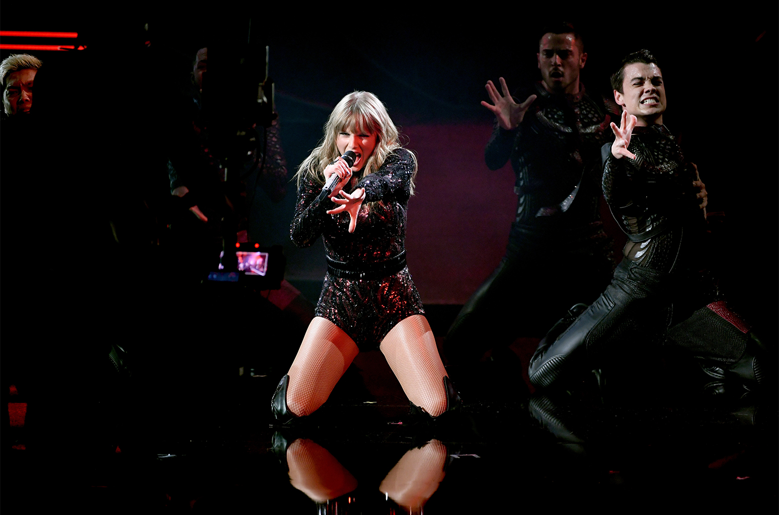 02-taylor-swift-ama-2018-show-billboard-1548.jpg