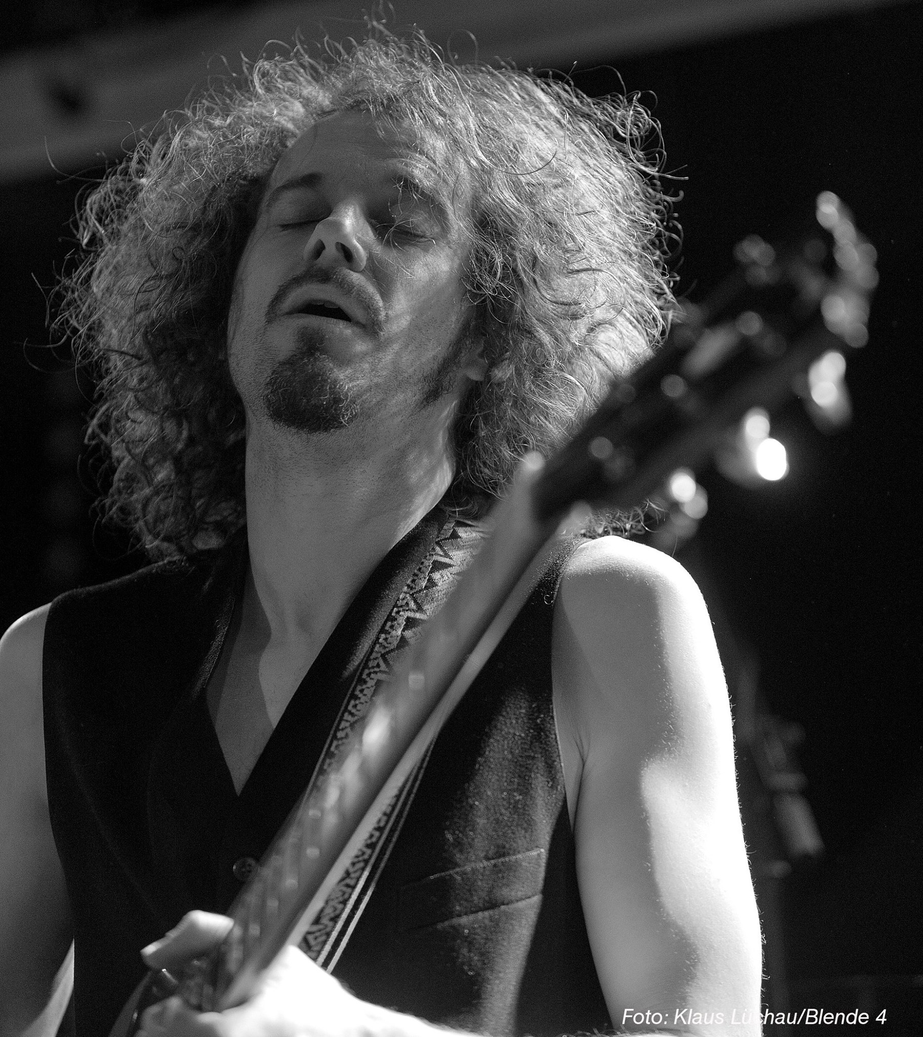 """Stefan """"Santaninger"""" Rosinger - … hat u.a. bei """"Radio Bikini"""", """"Lampert"""" sowie """"Rescue Annie"""" gespielt und lässt seine Gitarre im authentisch-virtuosen Santana-Stil erklingen."""