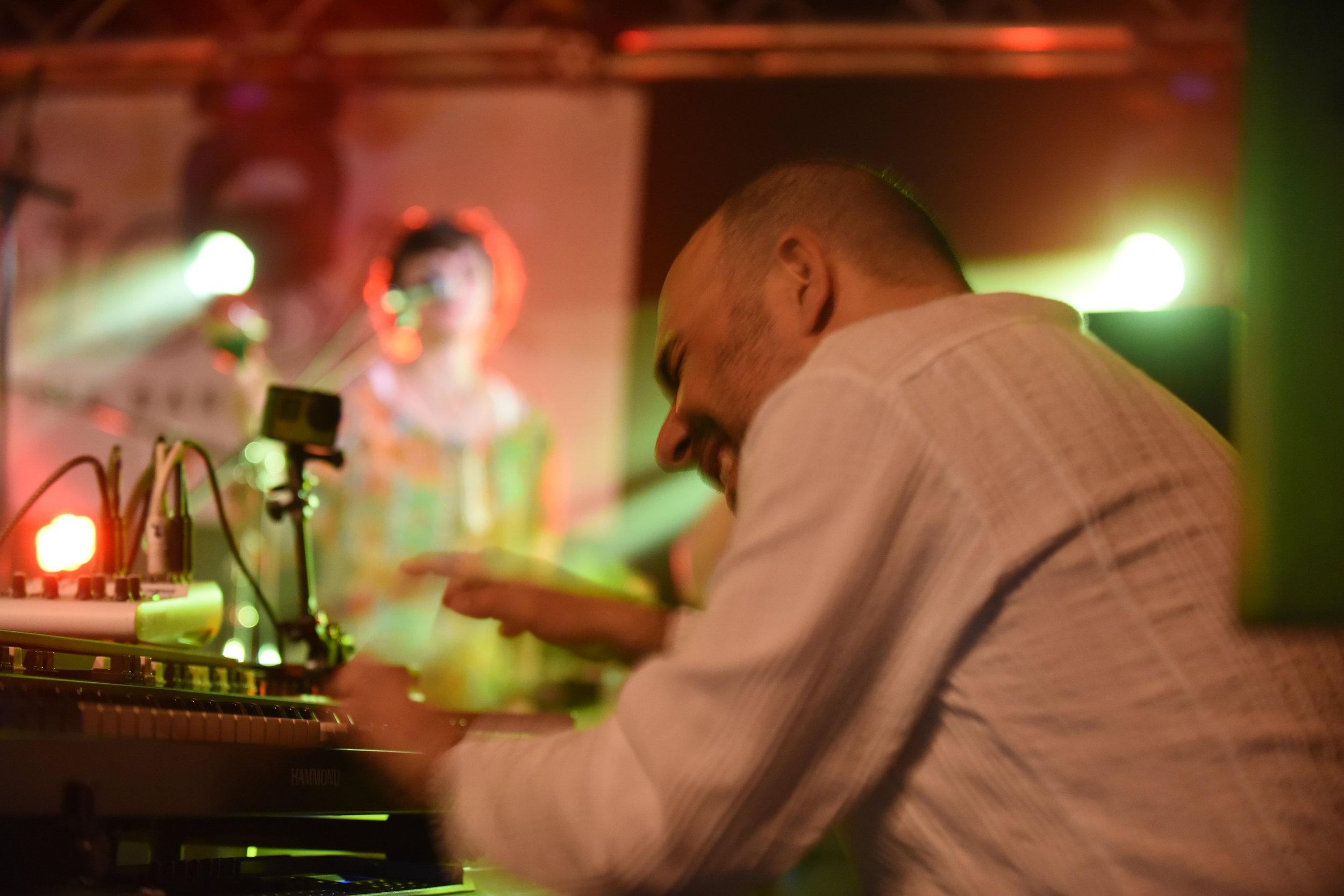 """Christian """"TheGregg"""" Renner - … ist Hammond B3 Fetischist und Keyboarder. Er hat die Spielweise von Gregg Rolie studiert und liefert den typischen schillernden Hammond B3 Sound sowie viele spielerische Details für audiophile Zuhörer."""