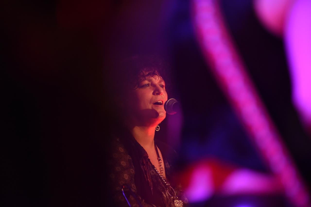 Birgit Gleixner - … ist Sängerin und setzt mit diversen Percussion Instrumenten spannende Akzente.
