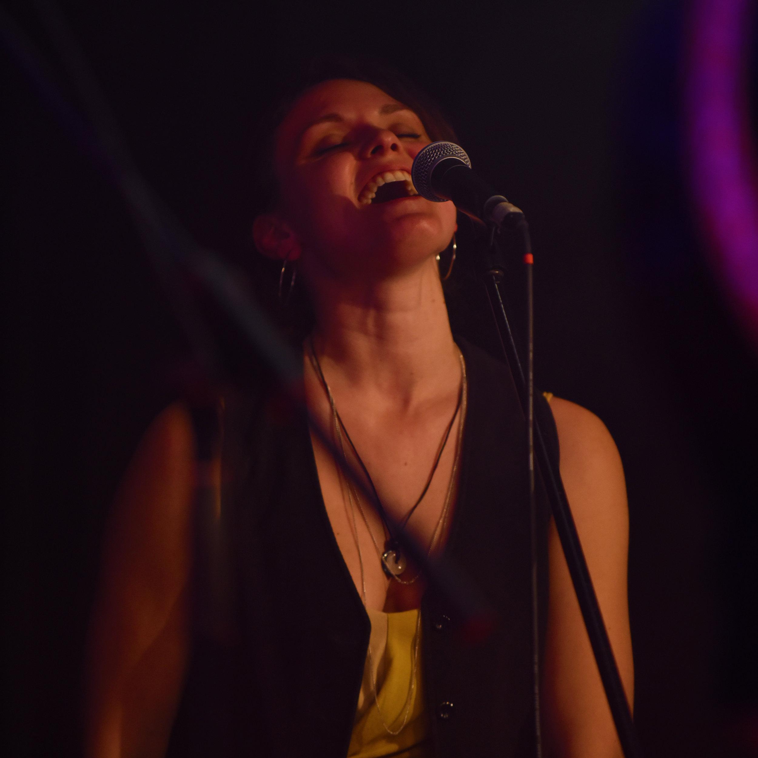 Miriam Meßner - … ist Sängerin, Master of Vibraslap und vielen anderen Percussioninstrumenten.