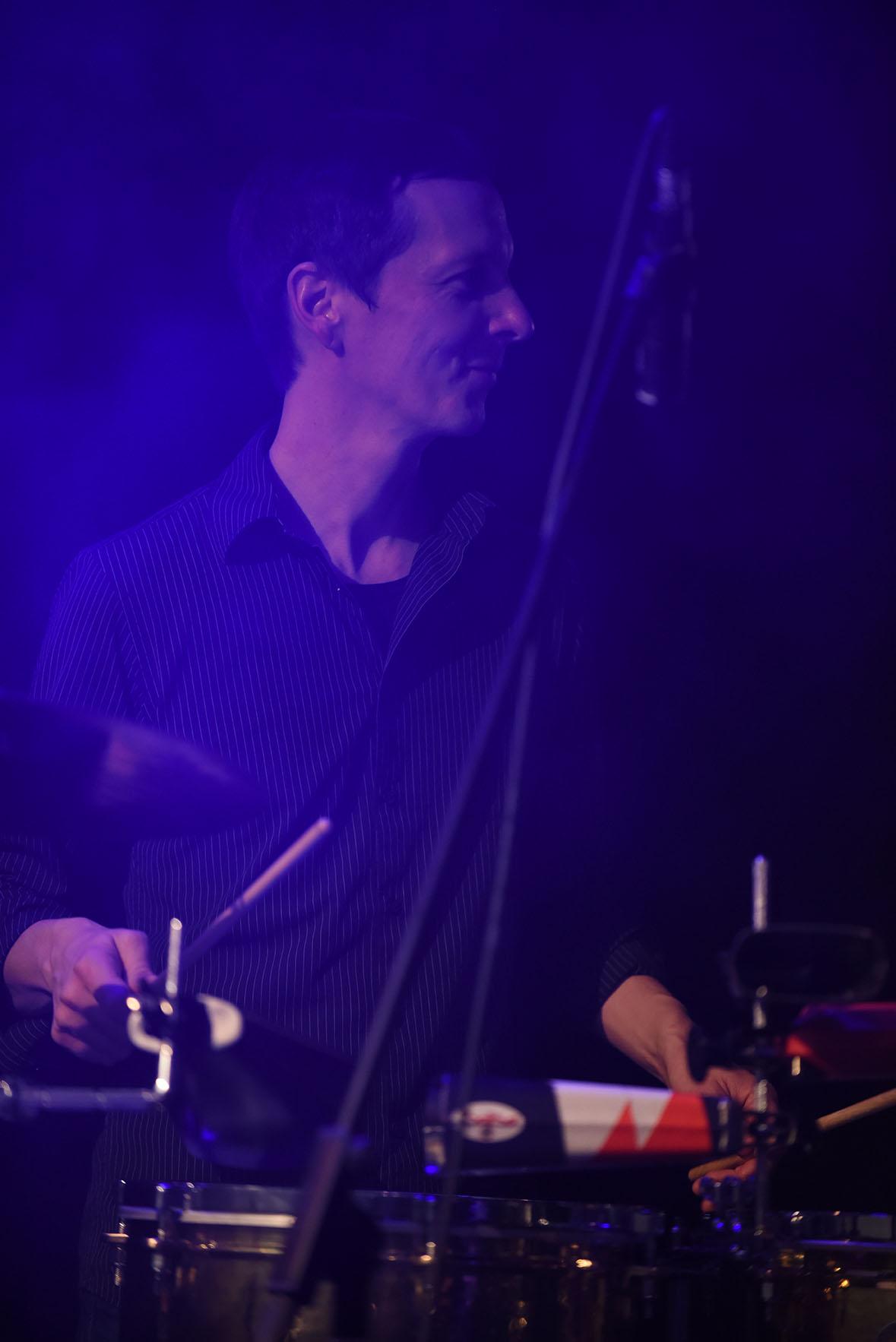 """Andi """"Timbalero"""" Gleixner - … zaubert mit cooler Virtuosität faszinierende Rhythmen an den Timbales, Cowbells, Blocks und Becken."""