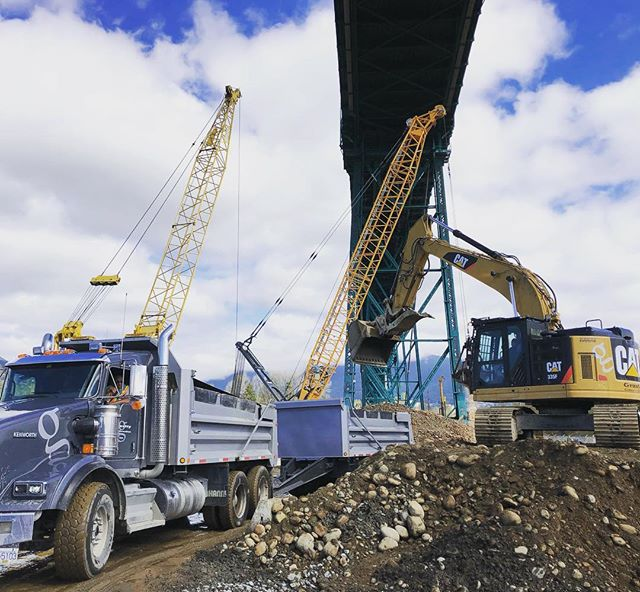 Nice day for loading out 1200m3 of material!  #gravityconstruction #kenaidancontracting #cat335f #kenwortht800 #lionsgatebridge #gvrd