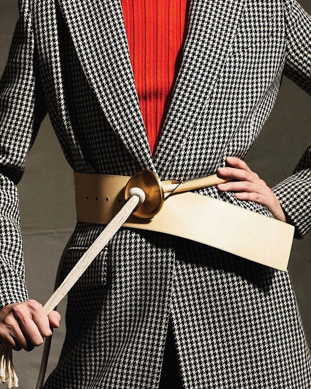 Want an easy update to your existing outfits -- add a belt!  It's a great accessory to add to dresses, sweaters, blazers or coats. And, it helps gives shape to boxy or oversized looks. I love this one over a tailored houndstooth blazer. 📷: @wsjmag . . . . #accessories #lystyles #personalstylist #fashion #wsjmagazine #houndstooth #beltit