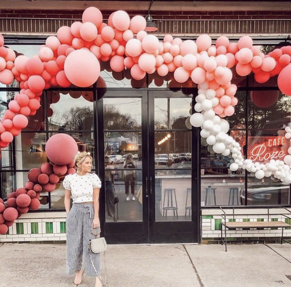 vroom_vroom_balloon_cafe_roze_vroom_vroom_balloon_organic_balloon_installation.png