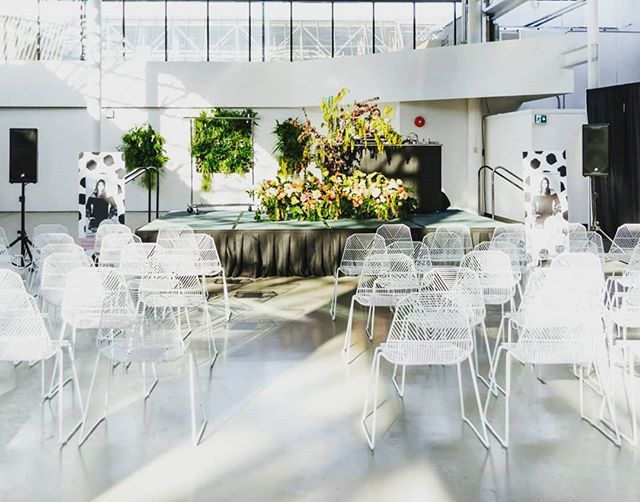 With my head deep into bridal bouquets, wedding palettes and pre-booking blooms, this unique project with @mayfairshopping for their #summerstyleseries was a fun change of pace! 💐 . . . #botaniccreative #botanicalpickmeup #floralinspo #floralinstallation #floralstage #fasion #summerfasion #summerstyle #fashionflorals #fasionandflowers #floralstyle #floraldesigner #floraldesign #victoriabc #victoriafloraldesigners #groundflorals #centerstage #uniquefloralinstall #greendesign #livingwall #mayfairmall