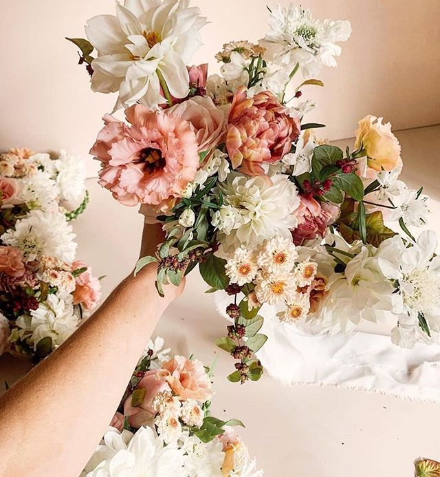 Uhm, drool. Feeling some serious inspiration from @ohflorastudio as of late. It looks like it's not in the cards for me this time, but her California workshop would be an absolute DREAM! 🌷 Have any fellow flower children ever attend a destination workshop? . . . #botaniccreative #floralinspo #womencrusheveryday #floralcrush #floraldesign #floralworkshop #flowerart #flowerworkshop #springflowers #australia #juicy #california