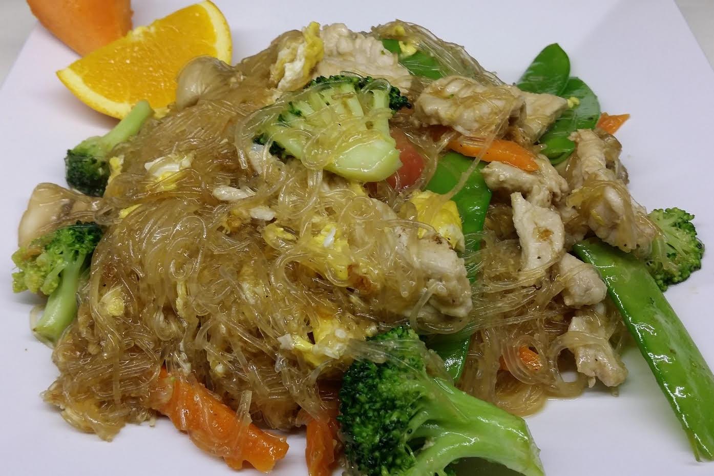Pad Woon Sen - Stir fried Clear Noodles, Egg, Onion, Scallion, Mushroom, Broccoli, Carrot, Snow Pea and Tomato.