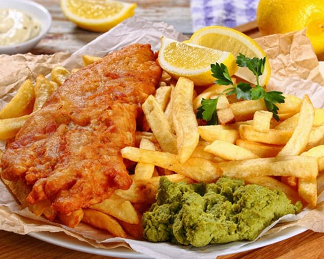 As summer approaches get ready for sunburn, warmer water, hotter sand and fish and chips, of course! My latest blog gives you a list of the best fish and chips joints in Sydney's east 👉 www.bit.ly/eastfishandchips. You can thank me later. LINK IN BIO 🔺