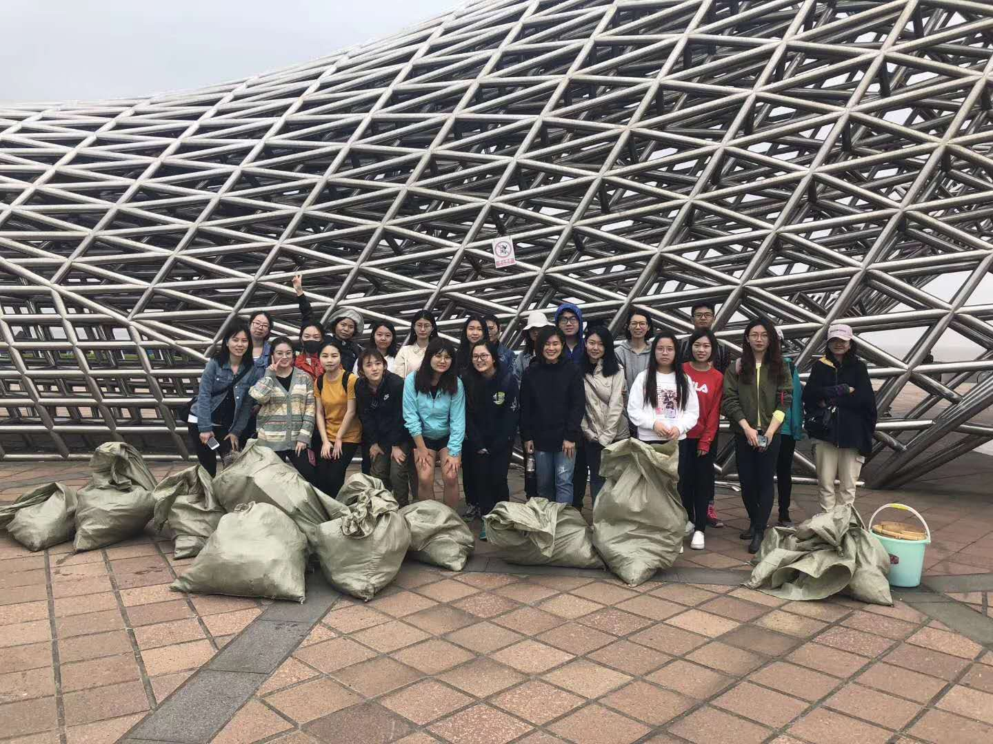 Concordia GIN students and other students from across Shanghai worked to gather 6 kg of trash from the Nanhuizui/Fengxian beach.