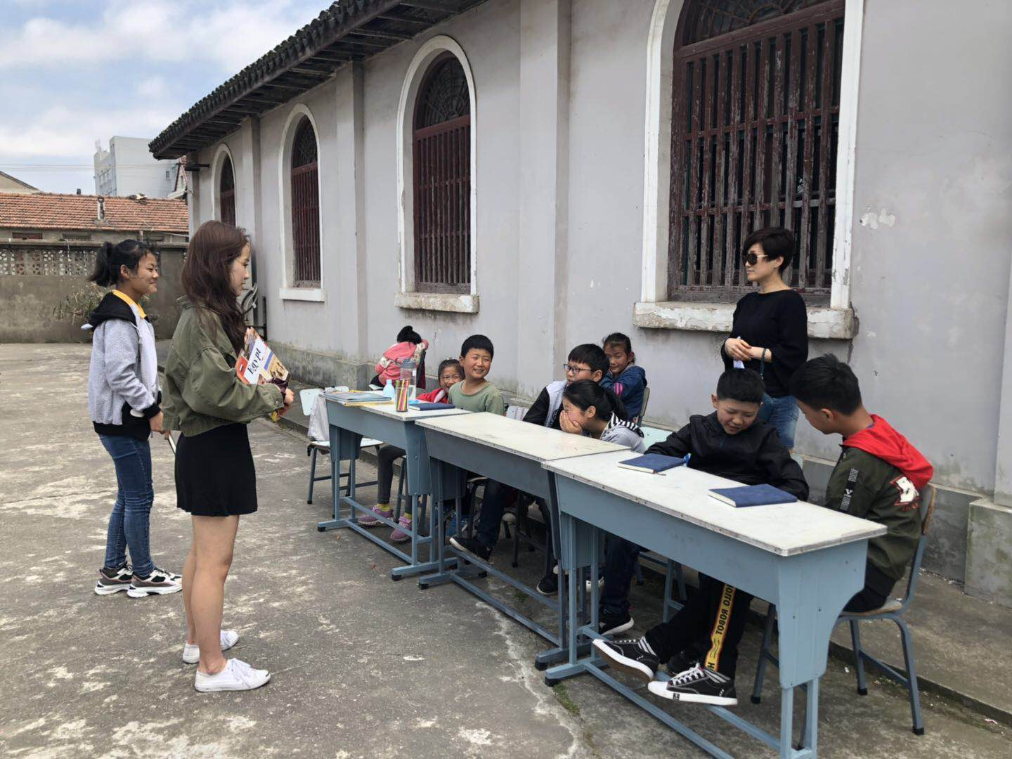 Kelly W. teaching students on a Saturday morning in Qingsi Village.