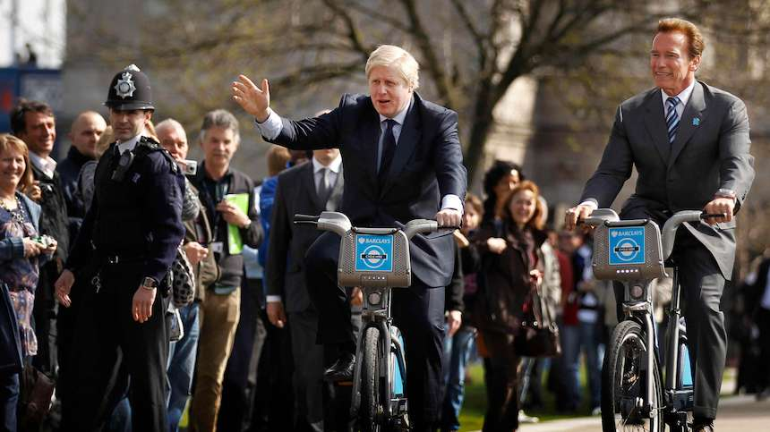 JAG RULLAR. Dåvarande borgmästern i London Boris Johnson satte i gång en tvåhjulig revolution, här på cykeltur med Kaliforniens tidigare guvernör Arnold Swarzenegger.