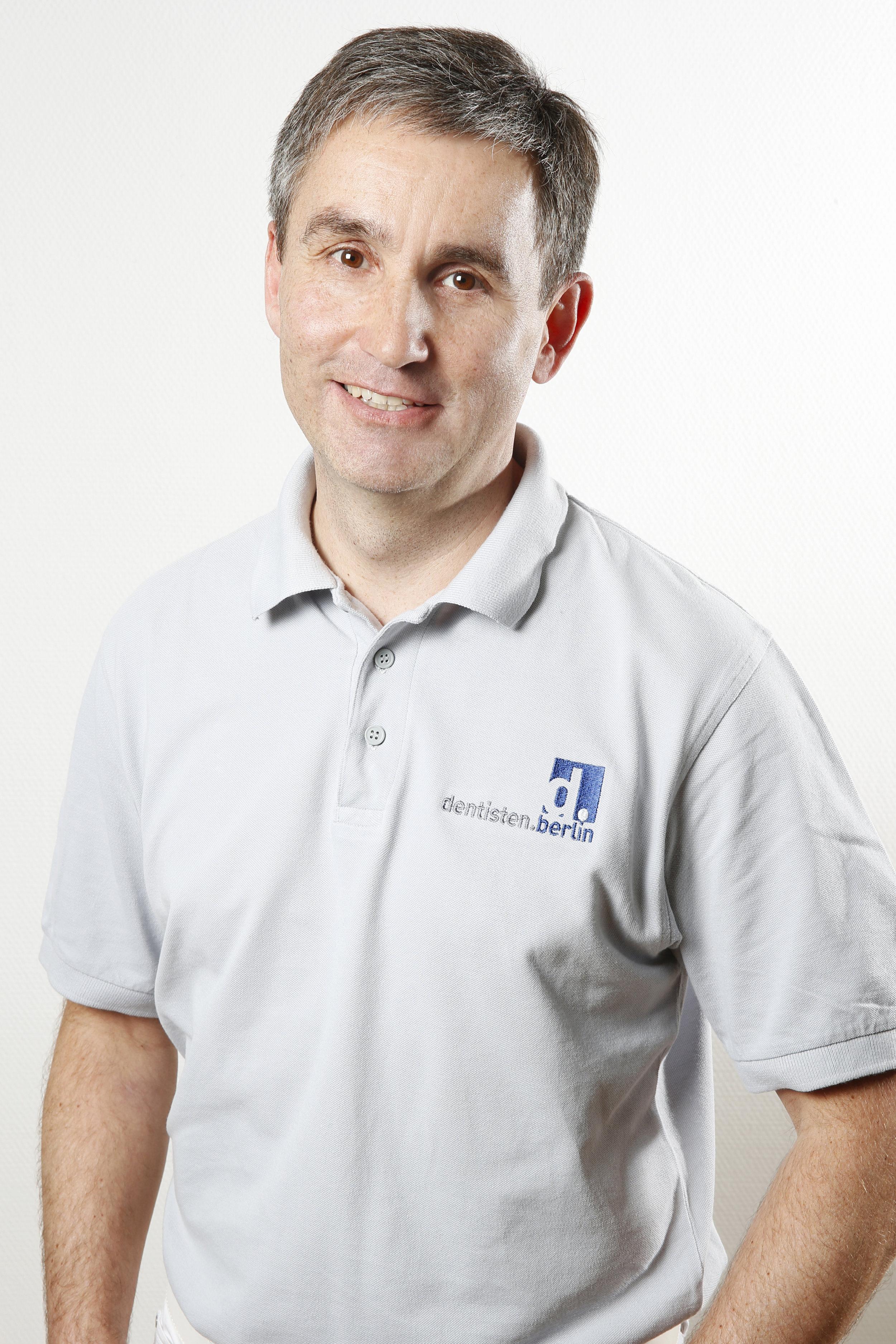 Lutz Brausewetter - Examen 1996 in Berlin, seit 1997 in der Praxis und seit 2003 Partner und Mitgestalter der neuen Praxisstruktur. Neben der Konservierenden Zahnheilkunde und Prothetik ebenfalls Experte in der CEREC-Technik, zertifizierter Trainer und Referent, und gleichermaßen an der DDA Berlin beteiligt.