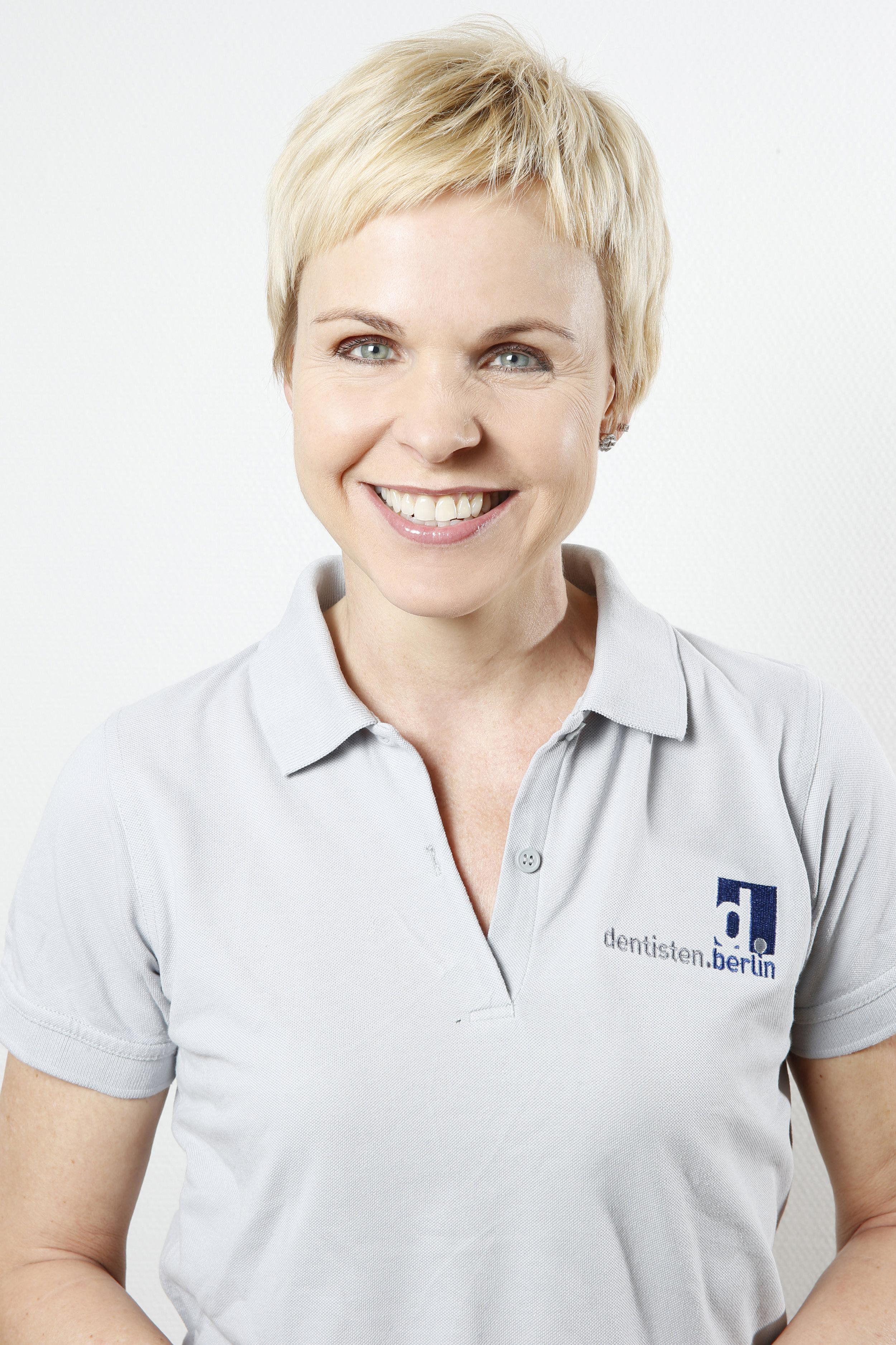 Dr. Patricia Anders - Examen 1990, promoviert 1993, ist von Beginn an mit in der Praxis dabei. Neben allen anderen Fachgebieten besonders konservierend und parodontologisch tätig. Erfahrene CEREC-Anwenderin für die Versorgung mit vollkeramischen Restaurationen.
