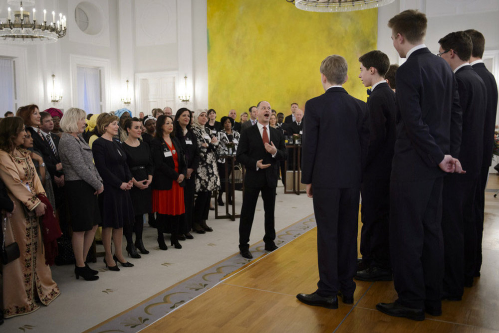 """Der """"Windsbacher Knabenchor"""" singt zum festlichen Neujahrsempfang.Bildmitte: LG des Bundespräsidenten, Daniela Schadt; rechts daneben: Stefanie Oeft-Geffarth"""