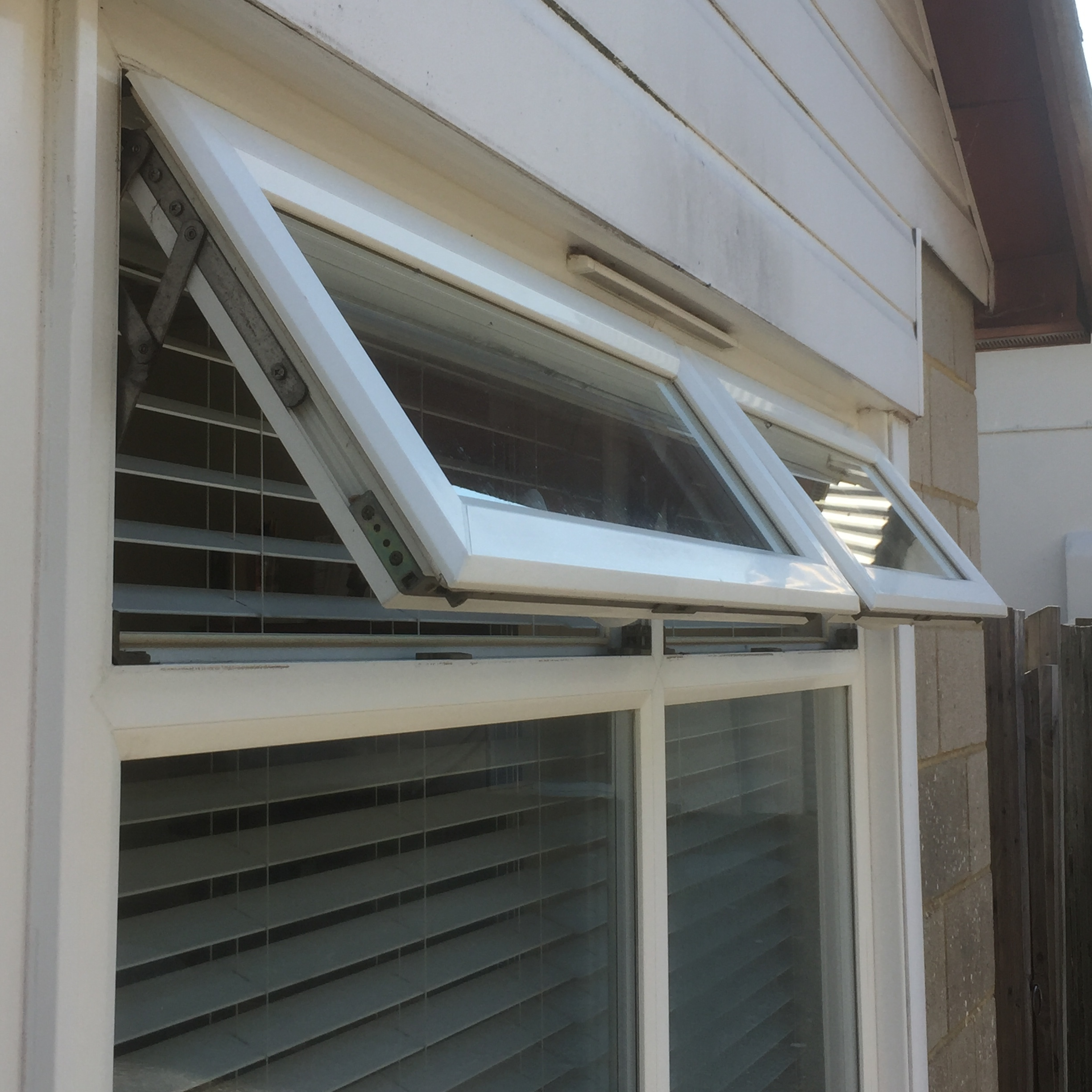 Open windows, flagged blinds. A perfect cooling combination!